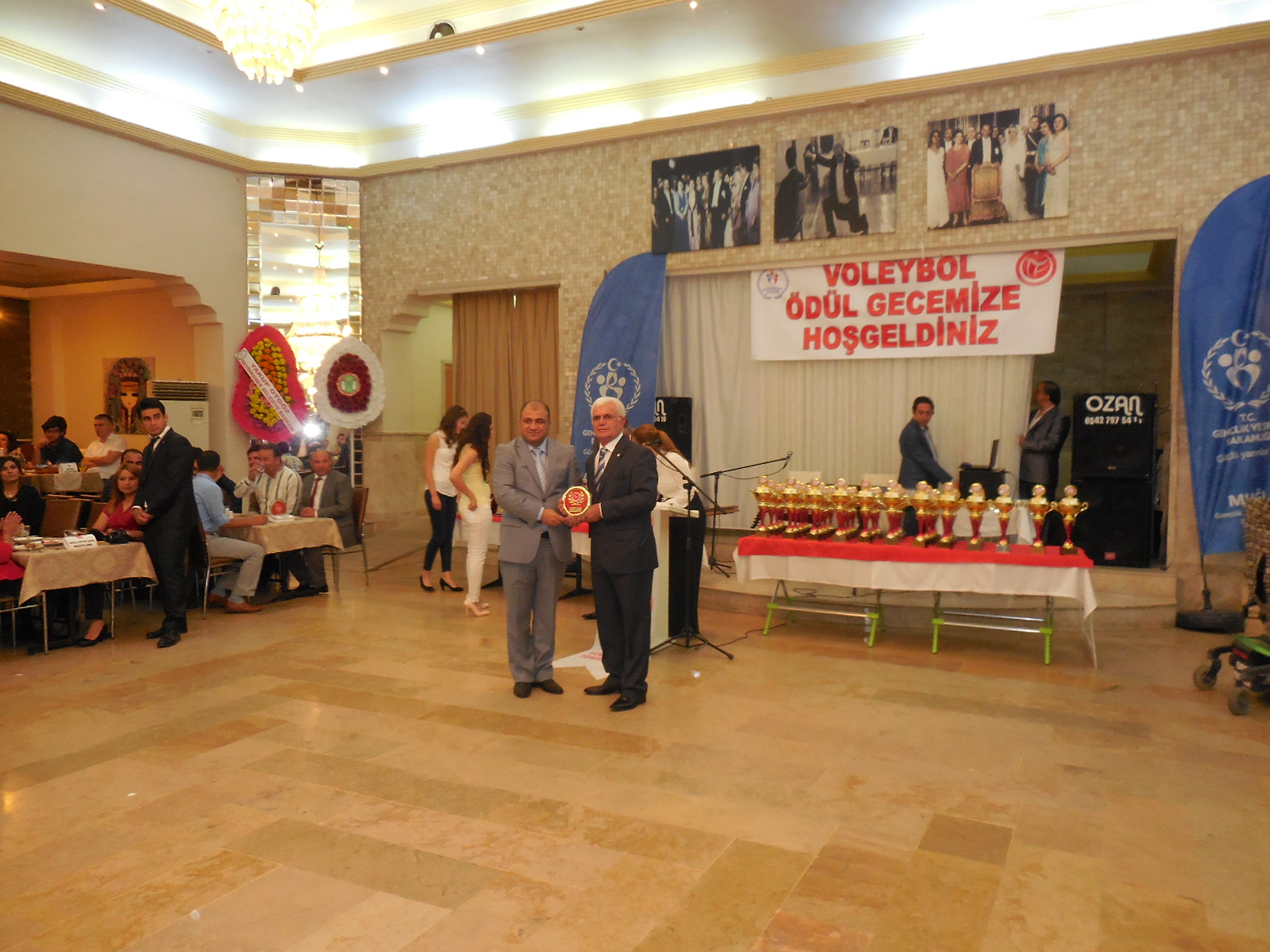 VOLEYBOL AİLESİNDEN FEDERASYON BAŞKANIMIZA ÖDÜL